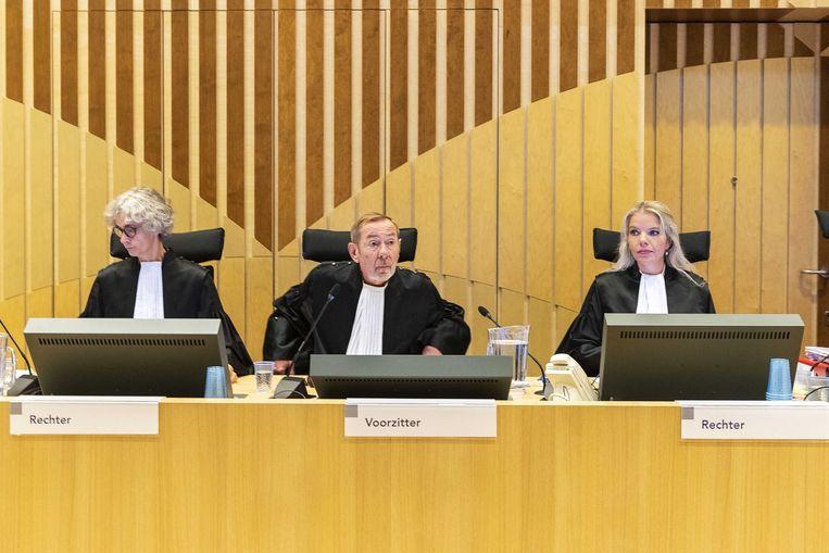 Rechters in de zwaar beveiligde rechtszaal op Schiphol. Beeld ANP