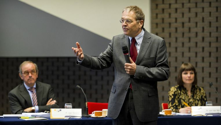 De Nationale Ombudsman Alex Brenninkmeijer samen met Frank van Dooren (links) en N. van der Bijl (rechts) tijdens de openbare hoorzitting, over de rol van de overheid bij de bestrijding van de Q-koorts. Beeld ANP