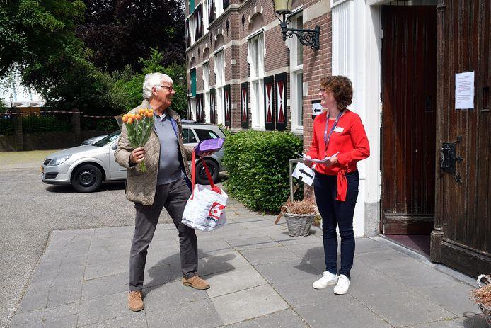 Piet Gorzeman uit Hoevelaken mocht gisteren als een van de eersten weer op bezoek bij zijn echtgenote in het St.Pieters en Bloklands Gasthuis in Amersfoort.