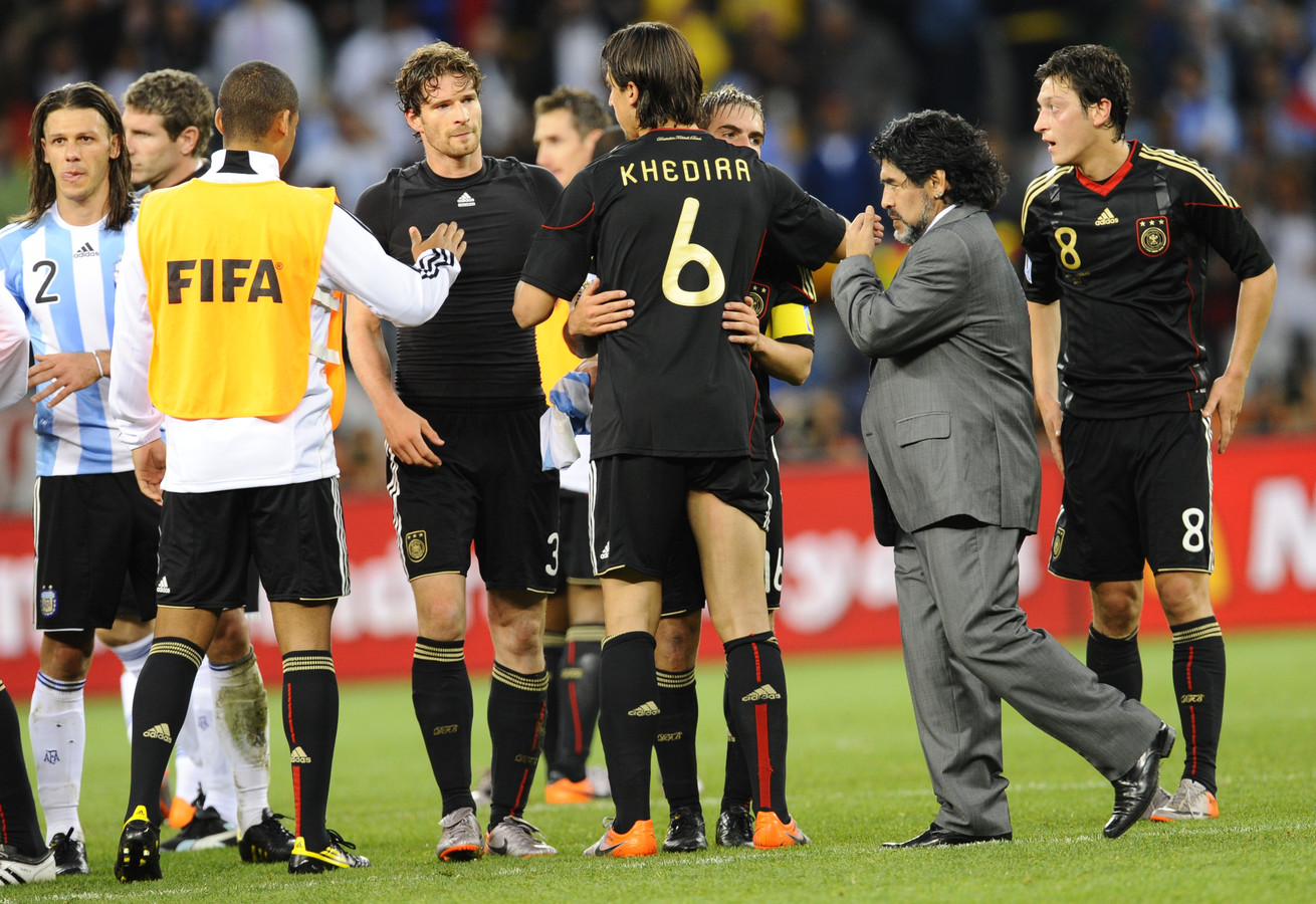 Diego Maradona druipt af na de 4-0 nederlaag tegen Duitsland op het WK 2010 in Zuid-Afrika.