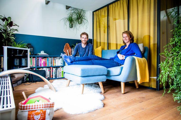 Sander en Nelianneke de Leeuw in hun huis in hofjescomplex Mallemolen in Den Haag. Beeld Freek van den Bergh/de Volkskrant