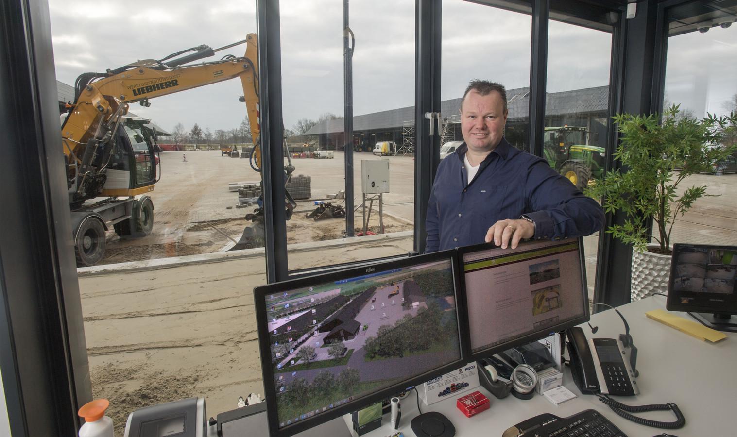 Eigenaar Frank Kuiper in het nieuwe onderkomen van Werktuig & Bouwdienst Denekamp