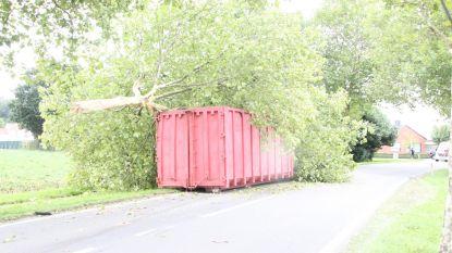 Aanhangwagen met container knalt tegen boom