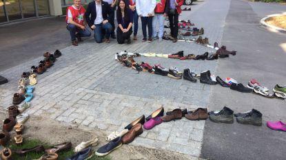 Pvda legt 500 schoenen aan sociaal huis uit protest tegen lange wachtlijsten voor andersvaliden