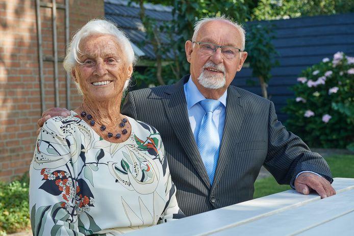 Riek en Jan van Boxmeer uit Mariaheide: zestig jaar gelukkig getrouwd. Foto: Van Assendelft