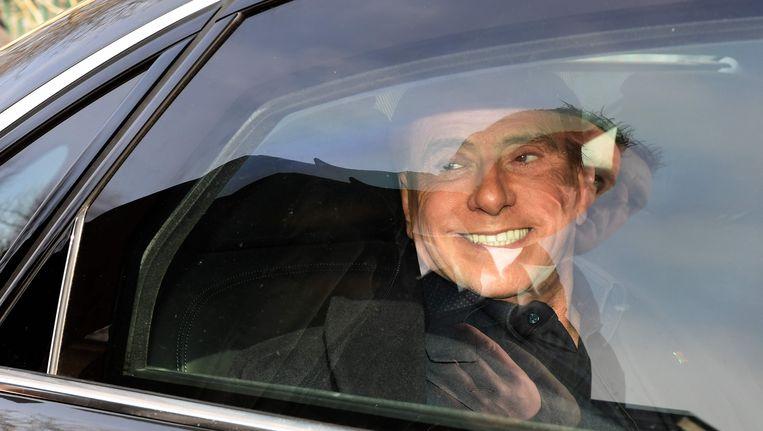 Belusconi verlaat het stembureau na zijn stem te hebben uitgebracht op 4 maart. Beeld afp