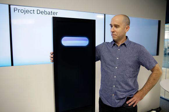 Dr. Noam Slonim met de Project Debater. Ook aan zijn grapskills moet nog serieus gewerkt worden.
