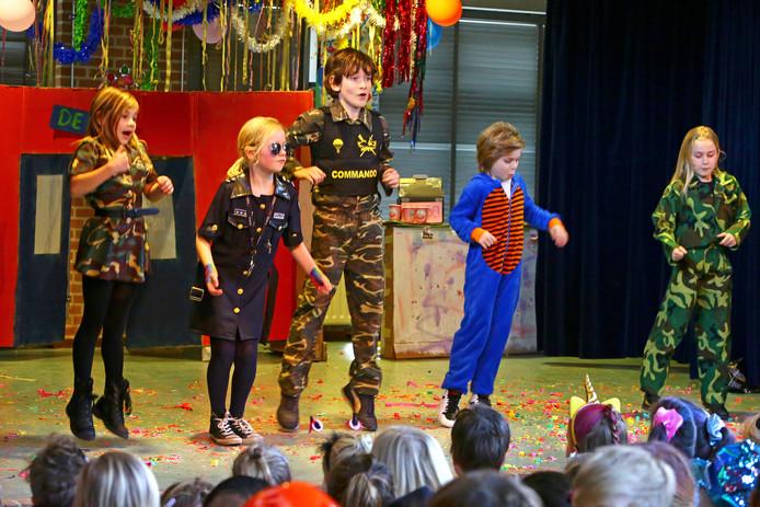 Deelnemers aan de playbackshow op de Johannes Paulusschool in Heusden.