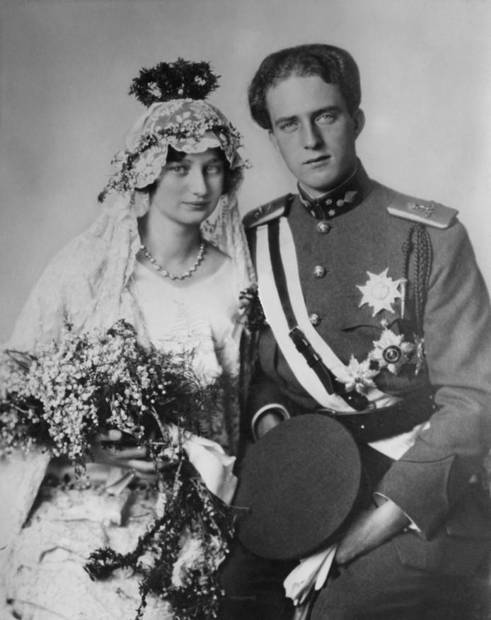 Prins Leopold III en zijn eerste vrouw Astrid van Zweden op hun huwelijksdag. In 1935 overleed Astrid op tragische wijze in een verkeersongeval.
