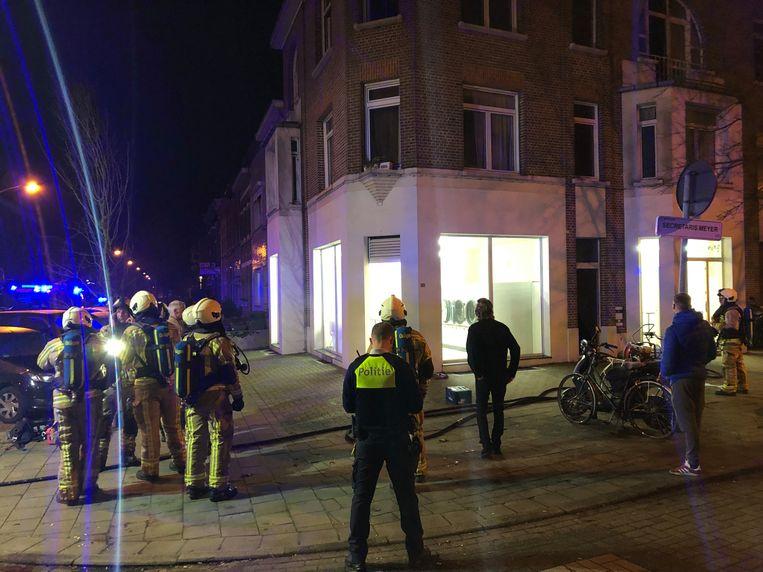 De brandweer blust een kelderbrand in het wassalon op de Van Praetlei in Merksem.