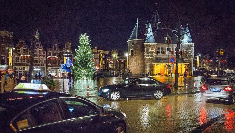 Taxi's rijden rondjes in de Nieuwmarktbuurt om klanten op te pikken. Beeld Dingena Mol