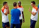 Stefan de Vrij (rechts) en Bruno Martins Indi (midden) tijdens een training op het WK 2014.