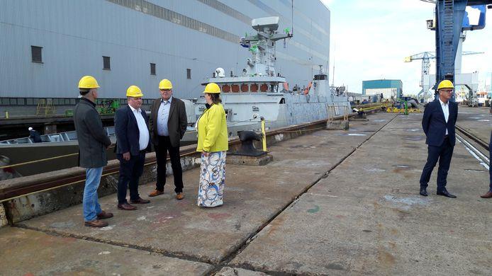 Vakbondbestuurders bij een dok op de werf van Damen Shiprepair in Vlissingen.