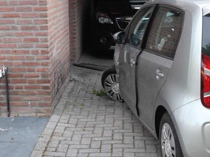 Automobilist raakt onwel en botst tegen woning in Oirschot