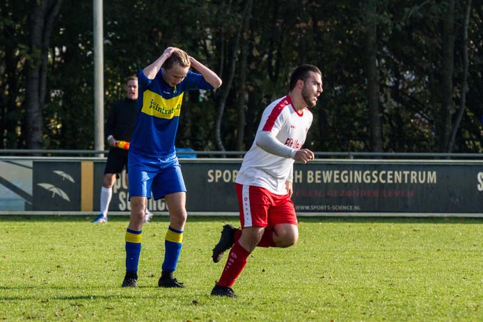 Can Bayraktar (wit) voegde dit weekend vijf doelpunten toe aan zijn totaal.