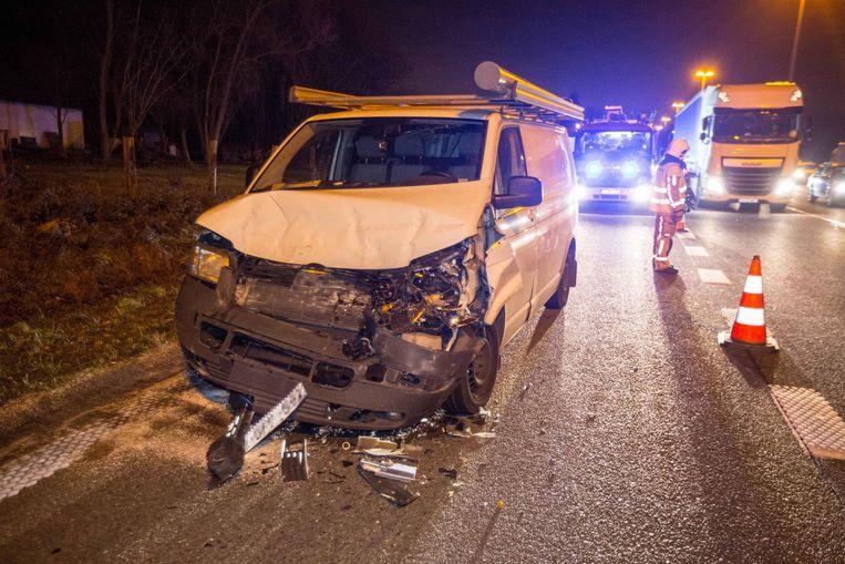 De betrokken bestelwagen raakte zichtbaar zwaar beschadigd.