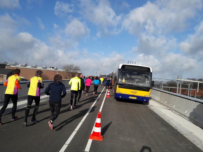 Een kolonne van bijzondere bussen op de nieuwe busbrug tijdens de Busbrugloop.