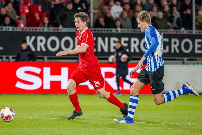 Quinten Huybers namens FC Eindhoven in de achtervolging bij Mees Kaandorp van Almere City.