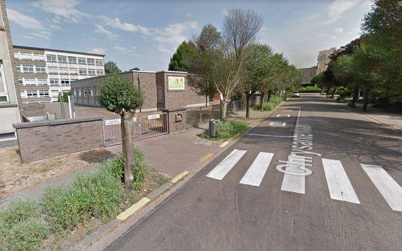Vroeger werd een parkeerverbod aangeduid met gele strepen, maar was stilstaan toegelaten ter hoogte van campus Het Spoor.