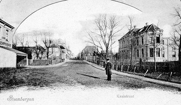 Ansichtkaart uit circa 1900 met links het toenmalige logement Schippershuis, het huidige Hotel Aarden.