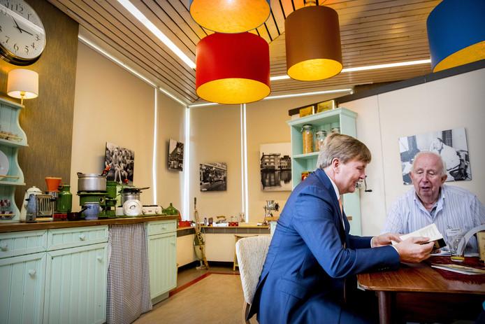 Koning Willem-Alexander reist met de Tijdmachine samen met oud-voetballer Henk Groot terug naar de jaren 60.