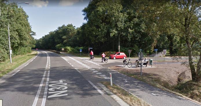 De kruising van de Hoenderloseweg  en de Apeldoornseweg waar de provincie een rotonde wil als toegang naar het Nationale Park de Hoge Veluwe.