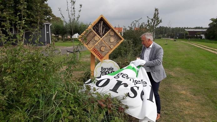 Wethouder Arno Witkam opent een nieuw bijenhotel van de gemeente Borsele. De installatie van het bijenverblijf vormt de aftrap voor het project dat moet leiden tot de titel 'bij-vriendelijkste gemeente van Nederland.'