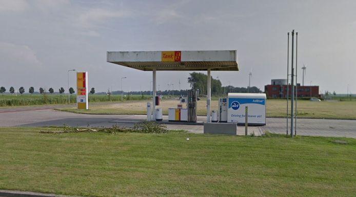Bij het onbemande tankstation aan De Pan op Urk sloegen de dieven toe.