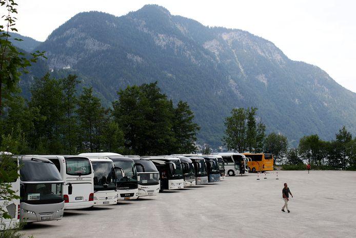 Bussen op de parking in Hallstatt.