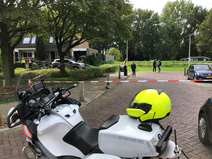 De plek waar het steekincident heeft plaatsgevonden, is door de politie met linten afgezet.