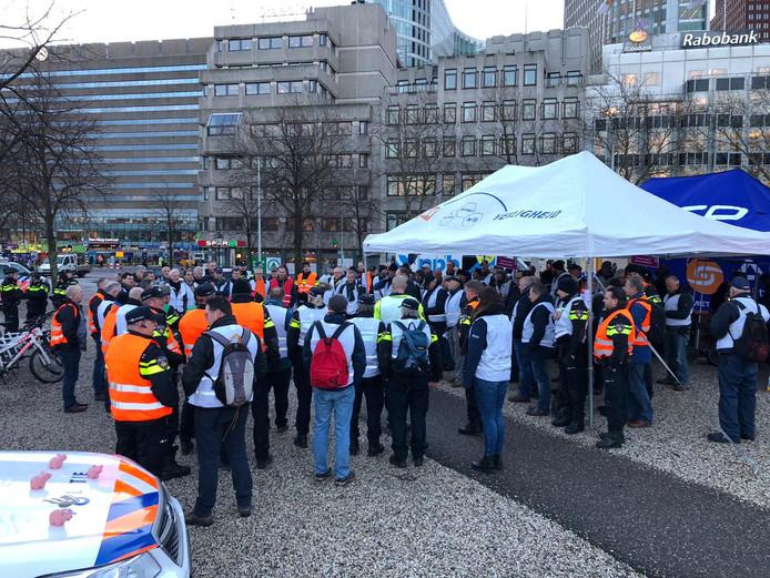 Enkele tientallen demonstrerende politieagenten blokkeren maandagochtend de toegang tot het gebouw van werkgeversorganisatie VNO-NCW in Den Haag.
