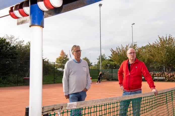 Bram Hoving (links) en Richard Smits zijn bestuursleden van de tennisclub in Ommen. Ze proberen de leden zo goed en kwaad als dat gaat voorlichten over corona.