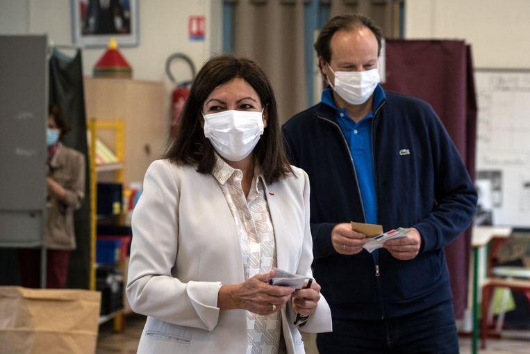 Ook de Parijse burgemeester Anne Hidalgo (L) bracht vanochtend haar stem uit.