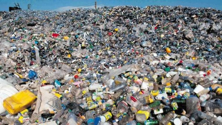 De plastic afvalberg bij de recycling fabriek Cyclus Elmina. (Trouw) Beeld