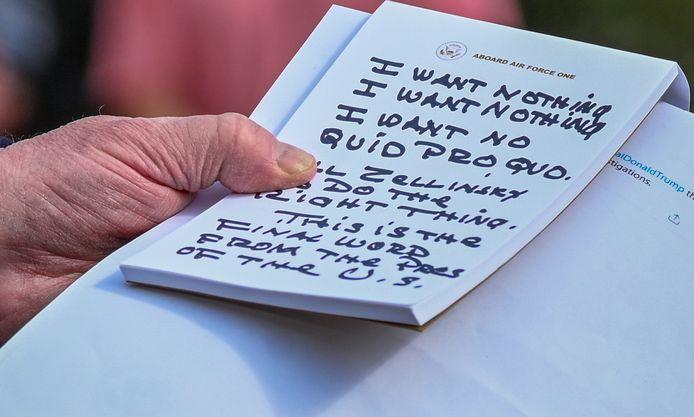 Een close-up van Trumps notitieblokje. Dit zijn volgens hem de woorden die hij gebruikte tijdens het telefoongesprek met Gordon Sondland.