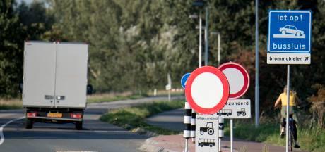 Via het fietspad langs de file naar de Rijnbrug