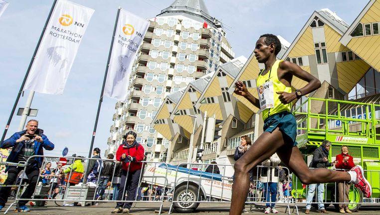 Abera Kuma passeert de kubuswoningen in het centrum van Rotterdam Beeld anp