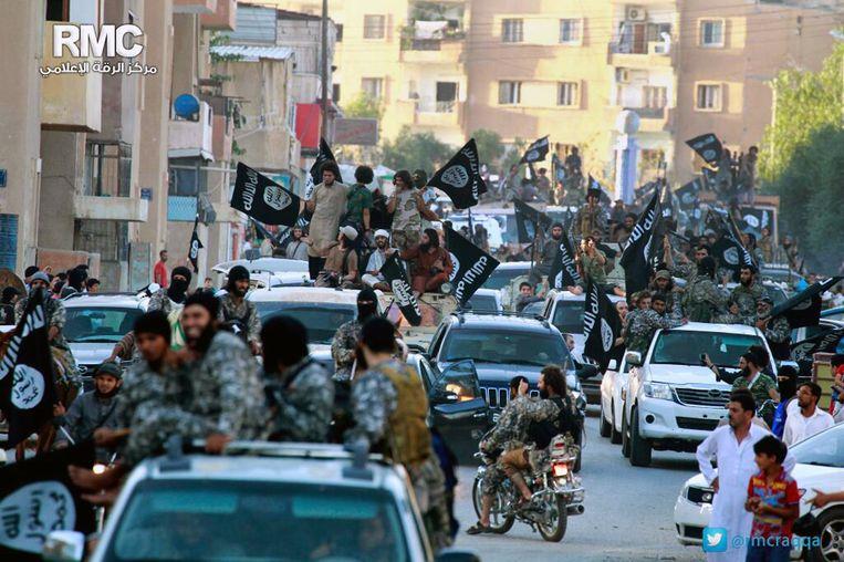 IS-strijders patrouilleren door de straten van Raqqa. Beeld ap