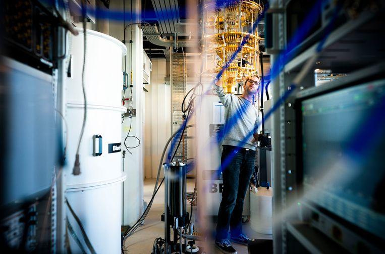 Gijs de Lange bij de mengkoeler in het nieuwe quantumcomputerlab in het Technische Natuurkundegebouw op de campus van de TU Delft.  Beeld Freek van den Bergh