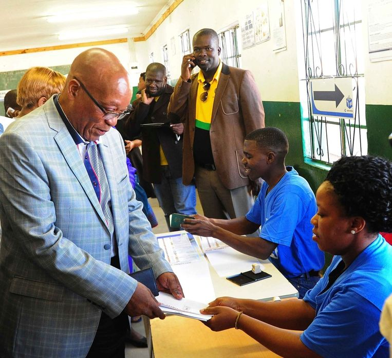 De Zuid-Afrikaanse president Jacob Zuma brengt zijn stem uit.