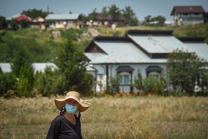 Une habitante du village de Cartojani, en Roumanie, qui avait été placé en quarantaine.