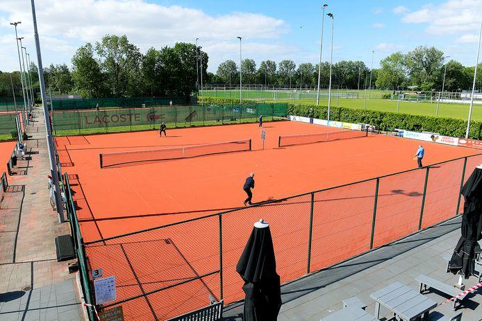 Op 11 mei mochten de tennissers van de Ambachtse vereniging Hiaten weer de baan op.
