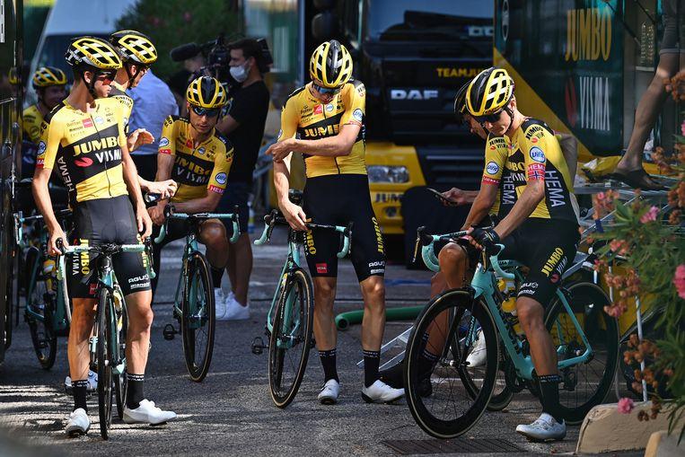 Renners van Team Jumbo-Visma donderdag bij hun voorbereiding op de Tour de France. Beeld BELGA