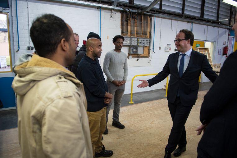 Minister Koolmees (Sociale Zaken en Werkgelegenheid) bezoekt een Gronings leerwerktraject. Hij draagt 6 miljoen euro bij om duizend Groningers een baan te bezorgen in de bouw en techniek. Beeld Hollandse Hoogte