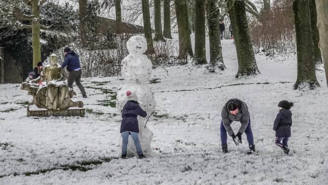 Sneeuw op vestingen nodigt uit om poppen te maken