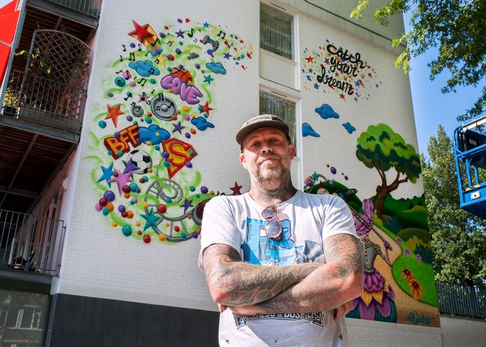 Erik Veldmeijer heeft tekeningen van meer dan tweehonderd kinderen op een bijzondere manier gebundeld op een muur in de Statenlaan.