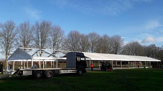 In de wei aan de voet van de gevreesde Tiestenduin verrijst een VIP- en publiekstent van 15 bij 70 meter.