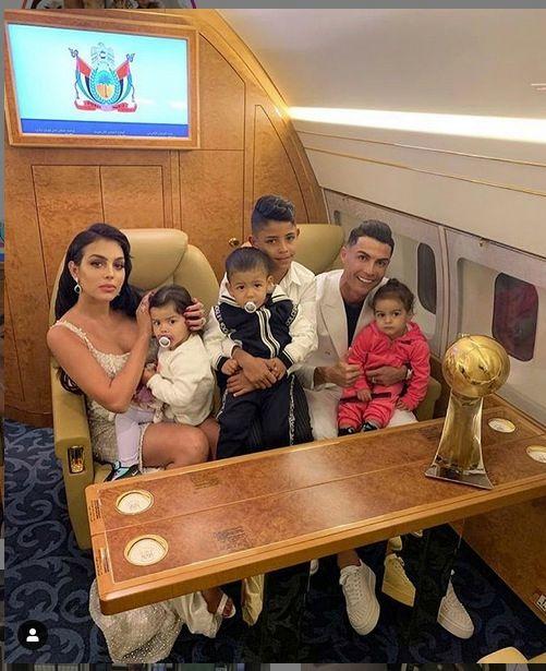Ronaldo poseerde fier met de trofee en vrouw Georgina, kinderen Alana Martina, Mateo, Cristiano Junior en Eva Maria.
