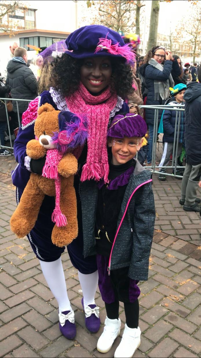 Deze Piet ging graag met Jacey-Lynn op de foto bij de sinterklaasintocht bij Winkelcentrum Crabbehof in Dordrecht.