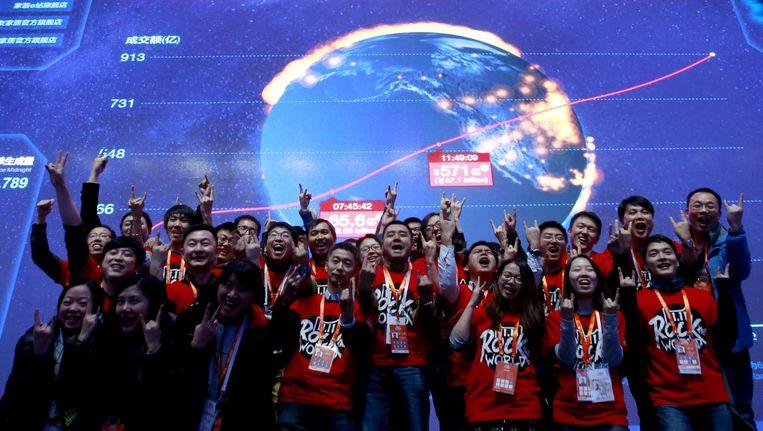 Medewerkers van internetgigant Alibaba juichen bij de eindstand van het '11.11 Global Shopping Festival'. Beeld Kim Kyung-Hoon / Reuters